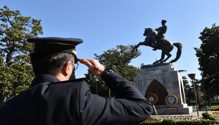 Samsun'da Emniyet mensupları koronavirüs tedbirlerine uyarak Atatürk Anıtı'na çelenk bıraktı