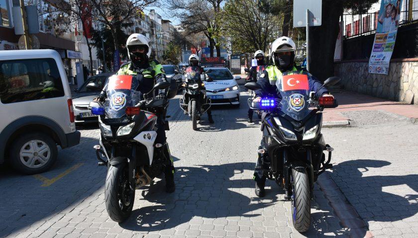 """Samsun'da şehir turu atan emniyet mensupları """"Evde kal"""" çağrısı yaptı"""