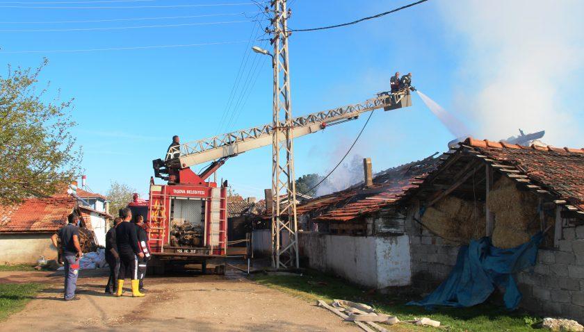 Amasya'da yangın çıkan ev ile traktör kullanılamaz hale geldi