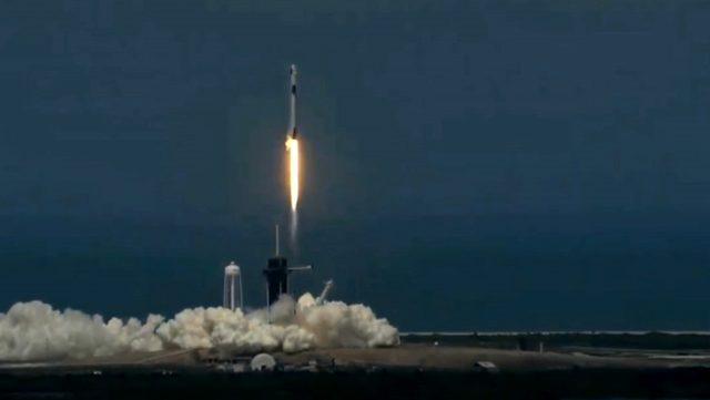 Son Dakika: SpaceX'in ilk insanlı uzay mekiği Dragon fırlatıldı
