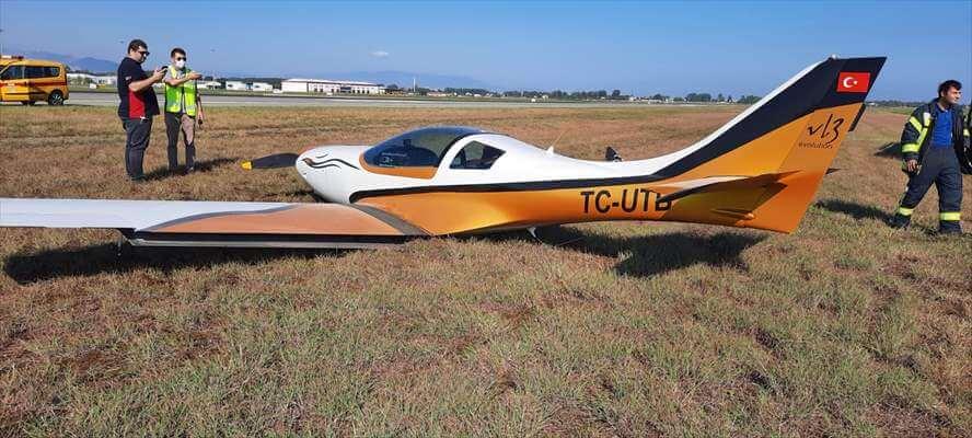 İniş Takımları Açılmayan Eğitim Uçağı Havalimanındaki Çim Sahaya İndi