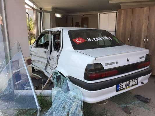 Otomobil Dükkana Girdi: 4 Yaralı