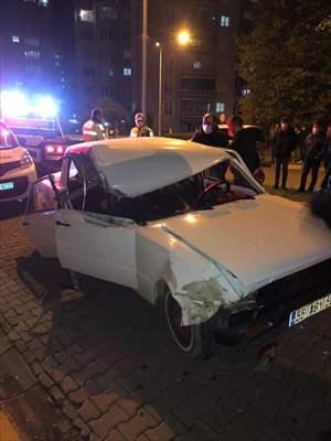 Park Halindeki Tıra Otomobilin Sürücüsü Yaralandı