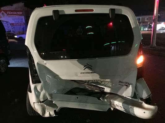 Otomobil İle Hafif Ticari Araç Çarpıştı: 2 Yaralı
