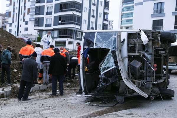 Belediye İşçilerini Taşıyan Servis Minibüsü Devrildi: 2 Ölü, 16 Yaralı