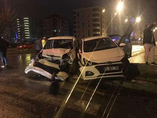 Polis Aracına Çarpan Otomobildeki 3 Kişi Yaralandı