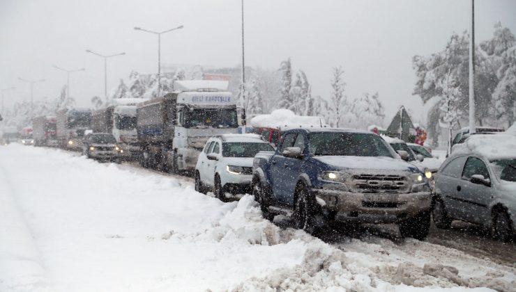 Samsun'da karla mücadele çalışmaları kapsamında 900 ton solüsyon ve 600 ton tuz kullanıldı