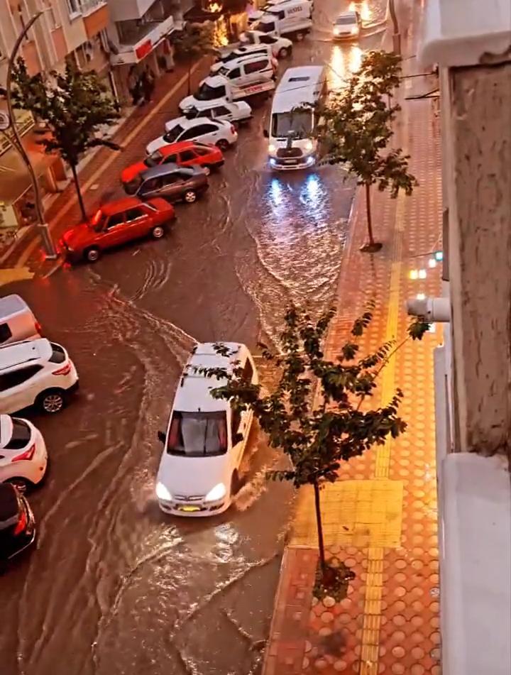 bafra'da yoğun yağiş yollari göle çevi̇rdi̇ 8
