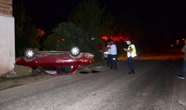 bafra'da araç takla attı: 2 yaralı