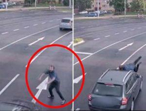 Kimse ne yaptığını anlamadı! Kendini arabanın önüne atan adam, hiçbir şey olmamış gibi kalktı