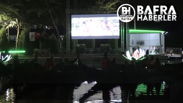 seyhan nehri üzerinde gondolda film izleme keyfi 16