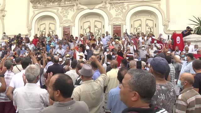 son dakika haberleri: cumhurbaşkanı'nın olağanüstü yetkileri elinde toplayan kararları protesto edildi 11