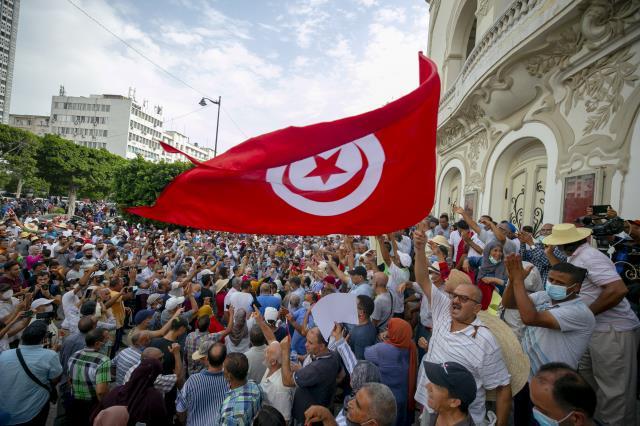 son dakika haberleri: cumhurbaşkanı'nın olağanüstü yetkileri elinde toplayan kararları protesto edildi 15