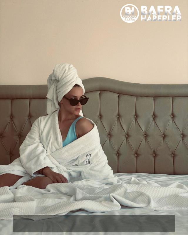 survivor yarışmacıları nisa bölükbaşı, melis sezer ve makbule şakalakoğlu yatakta bornozlu pozlar verdi 11
